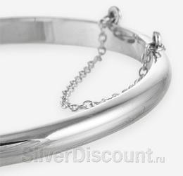 Фрагмент фото жесткого серебряного браслета с гладкой поверхностью