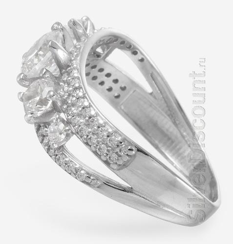 Яркое кольцо со сверкающими камнями, вид сбоку