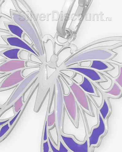 Стильная бабочка из серебра (фрагмент фото крупным планом)