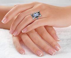 Необычное прямоугольное кольцо с голубым камнем, фото на руке