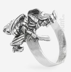 Кольцо из серебра в виде ведьмы, вид сбоку