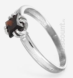 Гранат в серебре, классическое кольцо-перстень из гарнитура