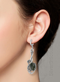 Большие серьги из серебра с нефритами, фото на модели
