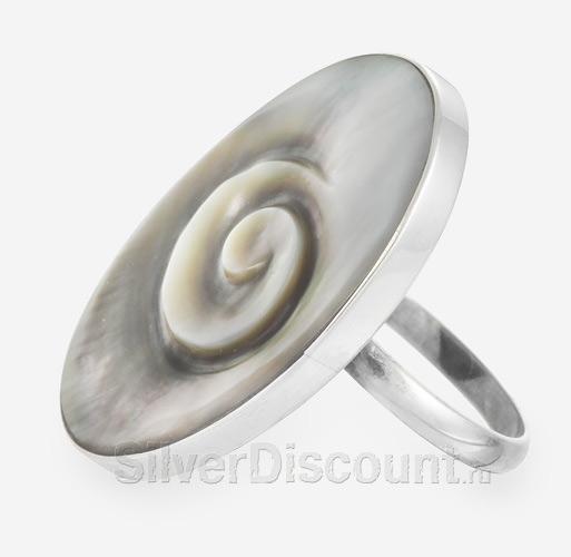 Красивое кольцо из серебра с темным перламутром