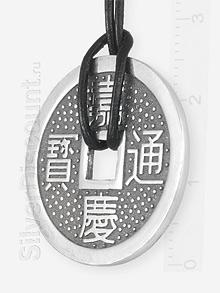 Способ ношения подвески - китайской монеты: на фото шнур из кожи
