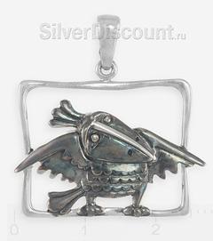 Серебряная ворона с красивой эмалью, подвеска на фоне линейки