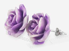 Яркие коралловые розы на серебряных серьгах, вид сбоку