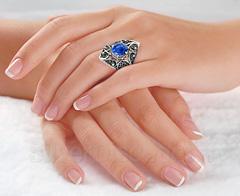 Женский перстень с филигранью и лазуритом, фото на пальце