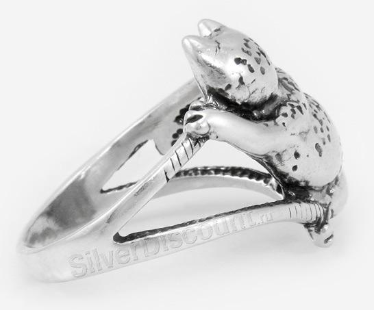 Кольцо с кошкой, прильнувшей к пальчику, вид сбоку